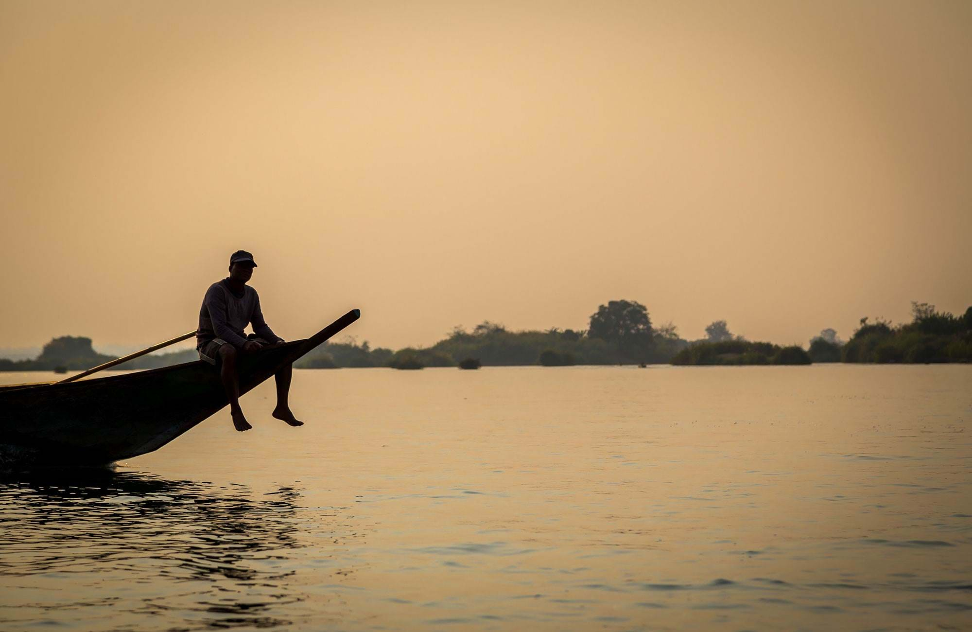 laos-man-sailing-on-river